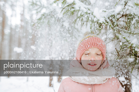 Portrait of girl with eyes closed in winter forest - p300m2166416 by Ekaterina Yakunina