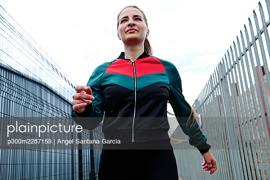 Fitness woman in the city. London, England. - p300m2287159 von Angel Santana Garcia