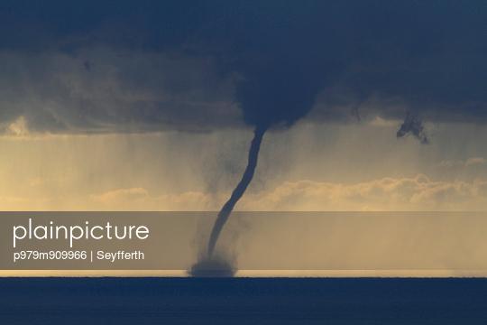 Tornado am Mittelmeer - p979m909966 von Seyfferth
