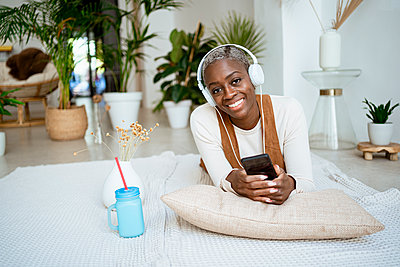 Spain, Valencian Community, Valencia. Lifestyle Afro-American woman working with computer and tablet at home. - p300m2276381 von Rafa Cortés