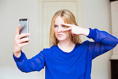 Frau macht Selfie - p432m938179 von mia takahara