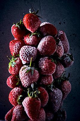 Frozen strawberries - p851m1214819 by Lohfink