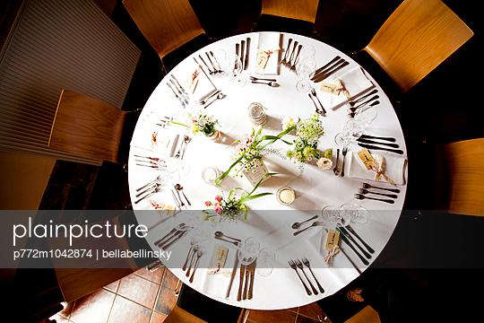 Gedeckter Tisch - p772m1042874 von bellabellinsky