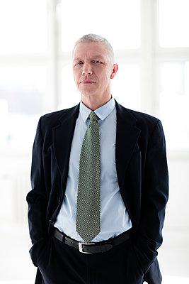 Portrait eines Geschäftsmannes - p1212m1119026 von harry + lidy