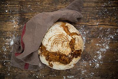 Homemade sourgough rye bread - p300m1587720 von Larissa Veronesi