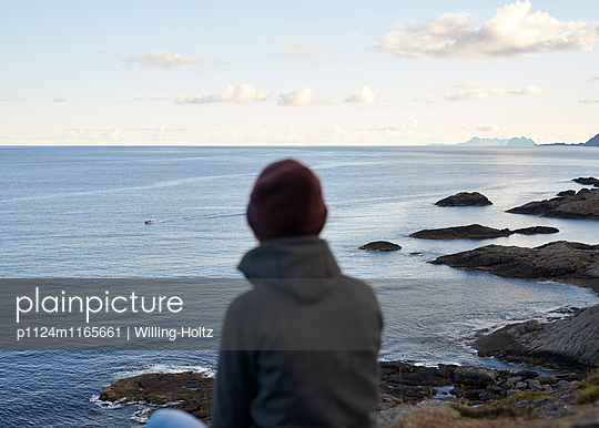 Frau schaut aufs Meer - p1124m1165661 von Willing-Holtz