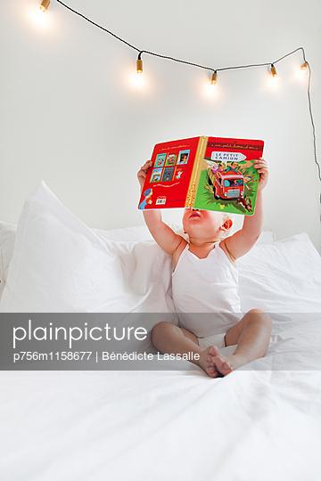 Kleinkind liest - p756m1158677 von Bénédicte Lassalle