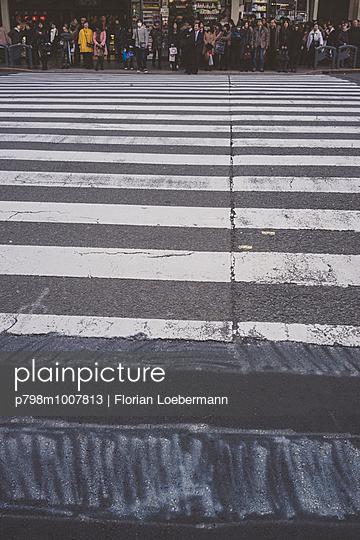 Zebrastreifen, Kyoto, Japan - p798m1007813 von Florian Loebermann