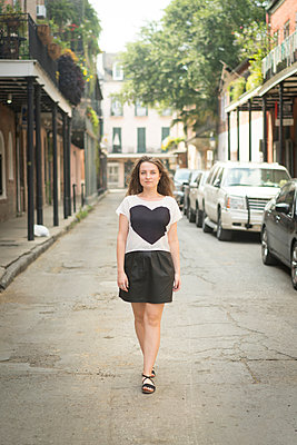Woman walking in street, French Quarter, New Orleans, Louisiana, USA - p924m1422723 by Raphye Alexius