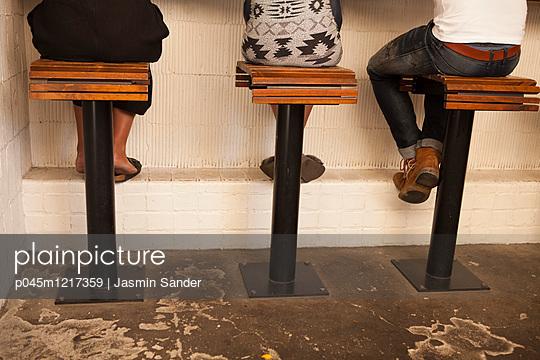 Drei Personen an der Bar - p045m1217359 von Jasmin Sander