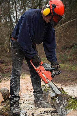 Man using motor saw - p1017m1185334 by Roberto Manzotti