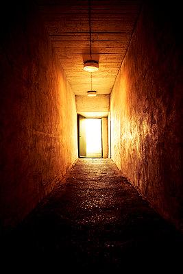 Beleuchteter Unterirdischer Gang - p248m2127981 von BY
