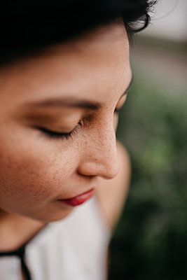 Mid adult woman with eyes closed - p300m2251057 by MORNINGVIEW AGENCY