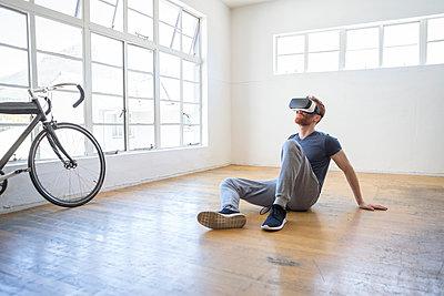 Mann mit VRbrille - p1156m2007621 von miep