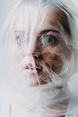 Frau mit Plastiktüte über dem Kopf - p1184m1462530 von brabanski