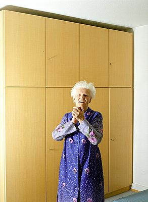 Alte Frau im Schlafzimmer - p6060230 von Iris Friedrich