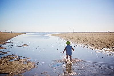 Kind rennt durch einen Priel an der Nordsee - p606m1573157 von Iris Friedrich