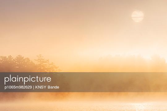 Morgensonne und Nebel über dem Chandos Lake, Kanada - p1065m982629 von KNSY Bande
