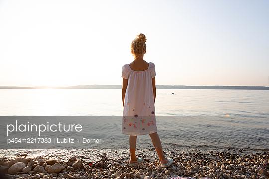 Friedliches Seeufer - p454m2217383 von Lubitz + Dorner