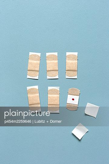 Vaccination plasters - p454m2259646 by Lubitz + Dorner