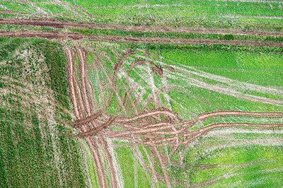 Reifenspuren - p1079m880933 von Ulrich Mertens