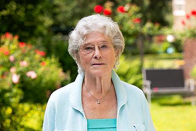 Ältere Frau im Garten - p1221m1585954 von Frank Lothar Lange