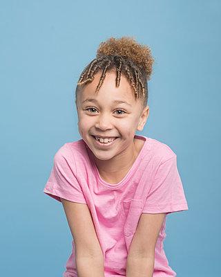 Portrait of a young girl - p1323m1539096 von Sarah Toure