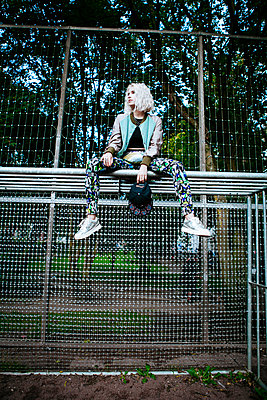Frau sitzt auf Fussballtor - p1345m1203577 von Alexandra Kern
