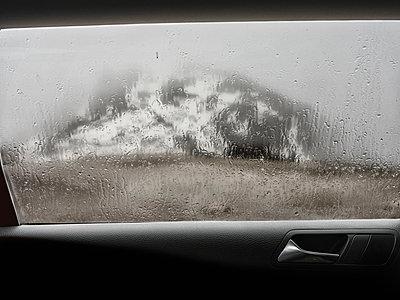Blick aus dem regennassen Seitenfenster eines Autos - p1383m1589124 von Wolfgang Steiner