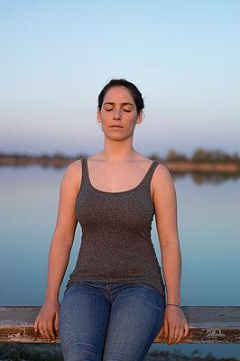 Junge Frau mit geschlossenen Augen - p552m1333271 von Leander Hopf