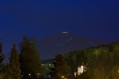 Villa mit Bergblick - p606m1462380 von Iris Friedrich