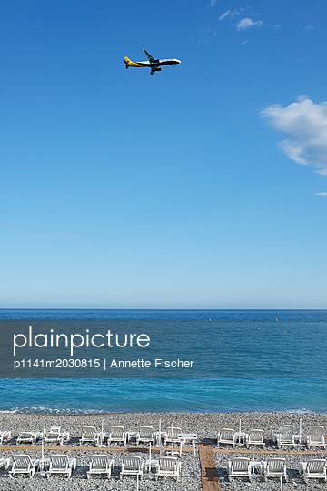 Flugzeug und Strand - p1141m2030815 von Annette Fischer