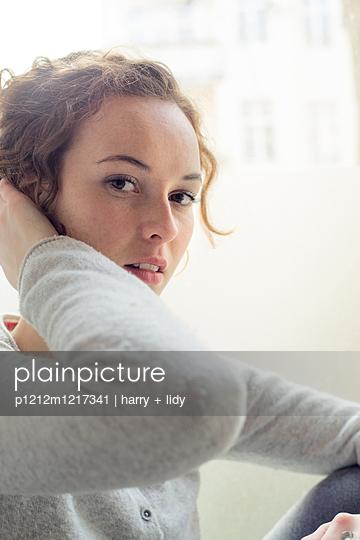 Junge Frau mit Hochsteckfrisur - p1212m1217341 von harry + lidy