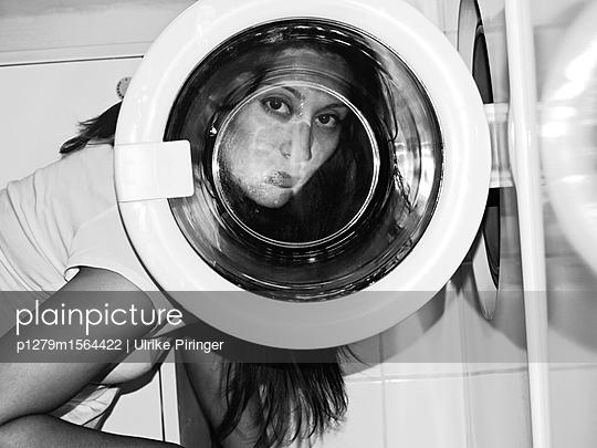 Frau wäscht Wäsche - p1279m1564422 von Ulrike Piringer