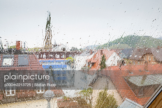 Germany, Baden-Wuerttemberg, Freiburg, View out of window at rainy day - p300m2213725 by Stefan Rupp