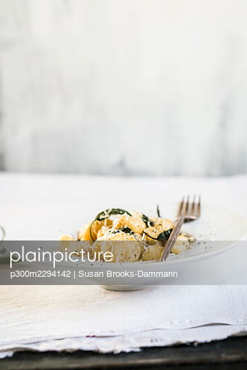Plate ofready-to-eatItalian gnocchi dumplings with grated Parmesancheese - p300m2294142 by Susan Brooks-Dammann
