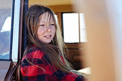Smiling girl sitting in car relaxing - p300m2083169 von Antje Merkel