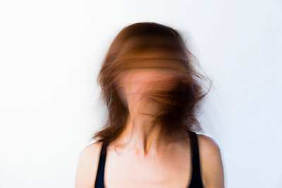 Woman shaking her hair from left to right - p590m1508644 by Philippe  Dureuil