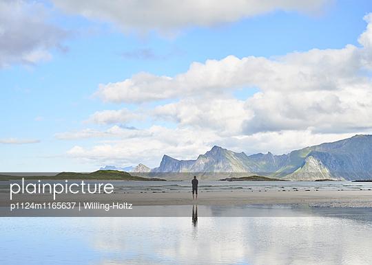 Mann bei Ebbe am Strand - p1124m1165637 von Willing-Holtz