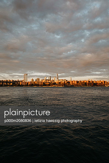 USA, New York, New York City, View to Brooklyn at sunrise - p300m2080836 by letizia haessig photography