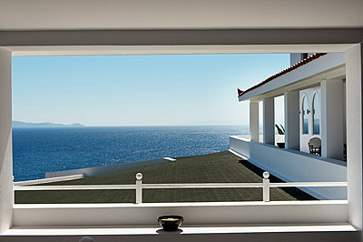 Hotel room with sea view - p1041m912987 by Franckaparis