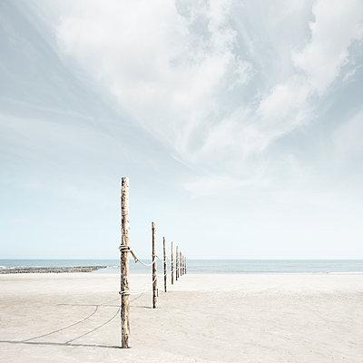 Holzpfähle am Strand von Wangerooge - p1162m2115385 von Ralf Wilken