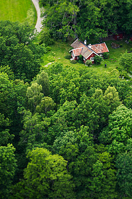 Aerial view of house among trees - p312m2139152 by Hans Berggren