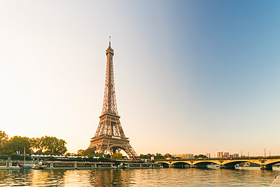 Eiffel Tower early in the morning viewed from the other side of the River Seine, Paris, France - p871m2114097 by Armand Tamboly