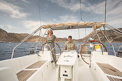Woman at the wheel of yacht - p948m1355270 by Sibylle Pietrek