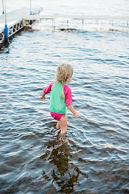Little girl cooling off at the lake. - p1166m2163018 by Cavan Images