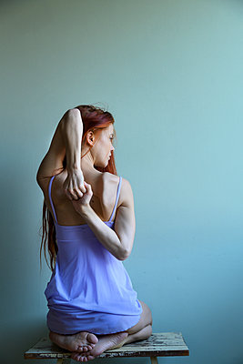 Red-haired woman stretching her arms - p427m2210314 by Ralf Mohr