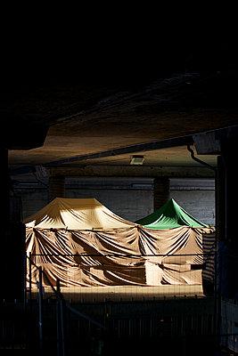 Kirmesbuden unter Planen in einer Unterführung, Essen, Deutschland - p586m971373 von Kniel Synnatzschke