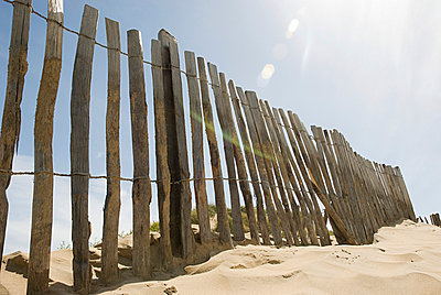 Fence on a beach - p9248685f by Image Source