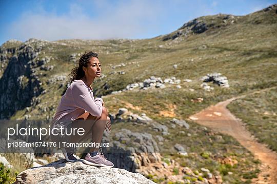 Junge Frau auf einer Bergwanderung - p1355m1574176 von Tomasrodriguez